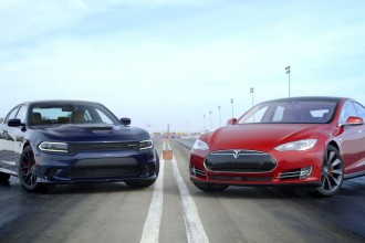 Dodge Charger Hellcat vs Tesla Model S 85D